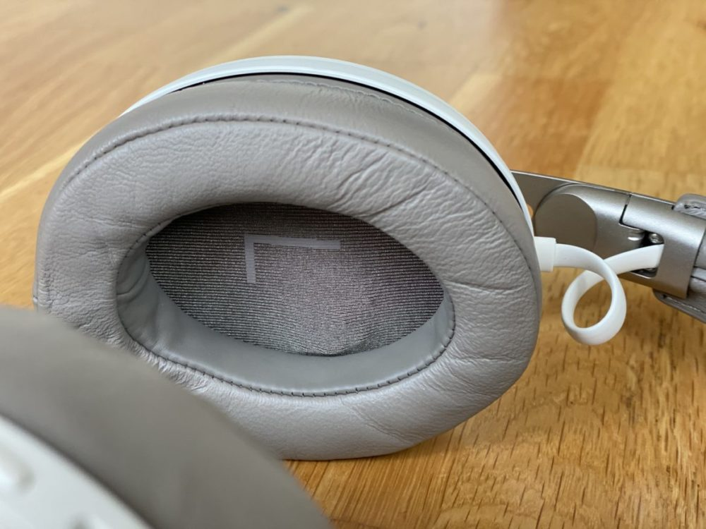 Momentum Wireless 3 close up ear cushion and cord that snorts